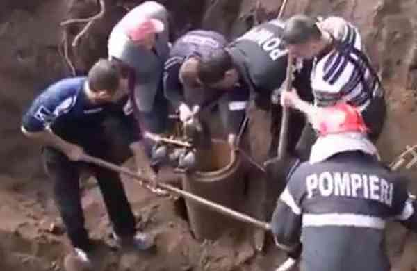 Brave_boy_lowered_into_borewell_to_rescue_child_–_heart-stopping_video_(1)