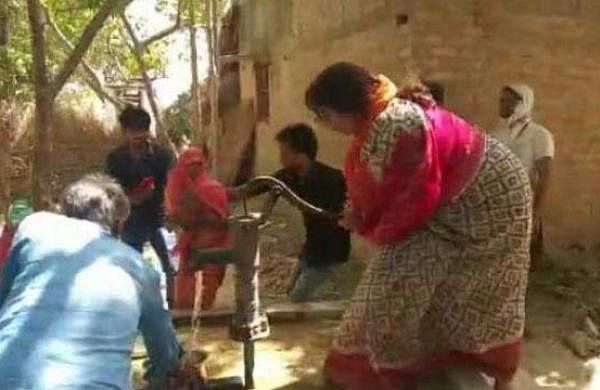 smriti_irani_helped_by_running_a_handpump_to_extinguish_fire_in_amethi_1556447210