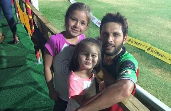 Shahid-Afridi-and-his-daughter