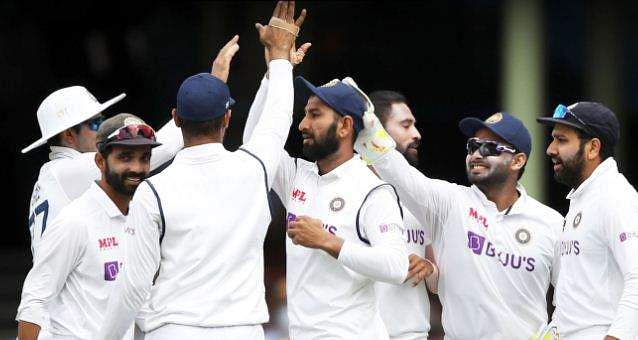 indian_team_celebrating_warners_wicket