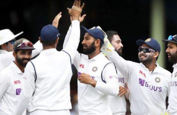 indian_team_celebrating_warners_wicket