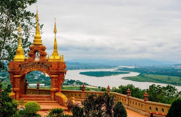 10_Arch-with-3-golden-pagodas-representing-Thailand-Myanmar-Laos-at-Pra-Thad-Pha-Ngo-Temple-Chang-Saen-Thailand-_1023905848
