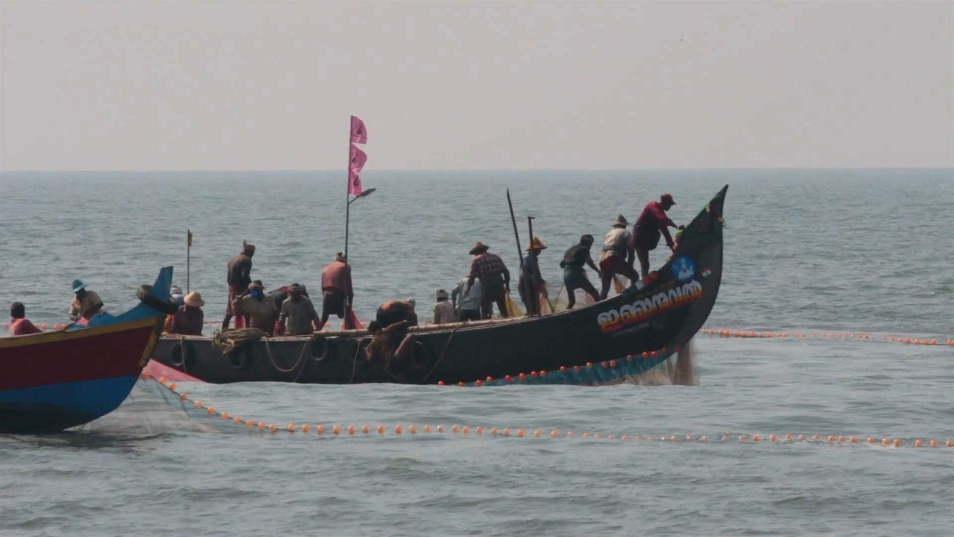 fishermen-in-boats-pulling-fishing-nets-kerala-india_nyhxaorze__F0000