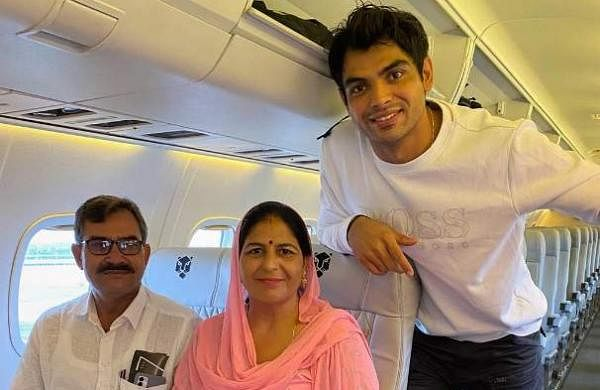 neeraj_chopra_with_parents