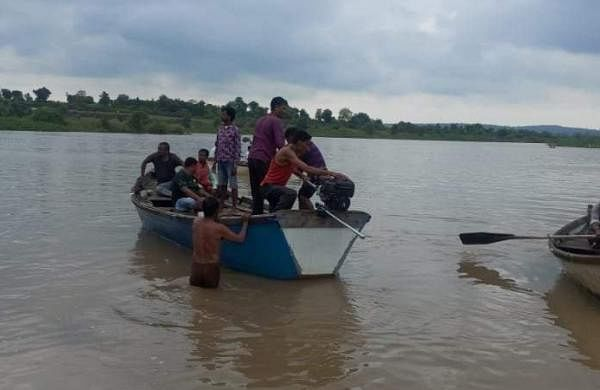 boat capsizes in warada river
